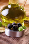 Black olives and oil — Stock Photo