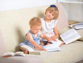 Niños con gran cantidad de libros — Foto de Stock