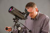 Man looking through telescope — Stock Photo