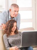 ζευγάρι χρησιμοποιώντας φορητό υπολογιστή στο σπίτι — 图库照片