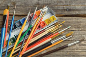 Artist brushes and paints — Stockfoto
