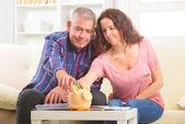 пара, экономить деньги — Стоковое фото