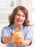 Vrouw geld te besparen — Stockfoto