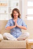 Mujer meditando — Foto de Stock