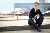 бизнес-леди в очках сидя — Стоковое фото