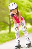 Dívka na kolečkových bruslích — Stock fotografie