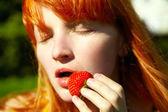 Kobieta z truskawkami — Zdjęcie stockowe