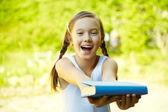Dziewczyna trzyma się książki — Zdjęcie stockowe