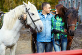 пара с лошадьми — Стоковое фото