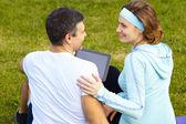 Sport paar met behulp van digitale tablet pc — Stockfoto
