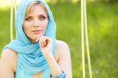 Retrato ao ar livre de uma linda mulher — Fotografia Stock