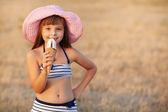 Dziewczyna zjada lody — Zdjęcie stockowe