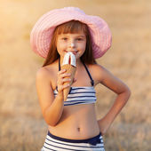 Girl eats ice cream — Stock fotografie