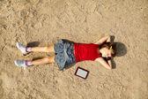 Chica acostada en la arena — Foto de Stock