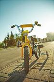 Gele kinderfiets — Stockfoto
