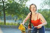 年轻女人和自行车 — 图库照片