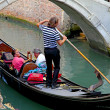 Gondola with tourists and gondolier in Venice, Italy — Stock Photo
