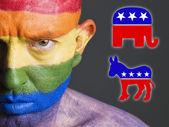 民主党と共和党のシンボルを持つゲイの顔フラグ — ストック写真