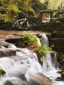 Pequeña cascada con bicicleta — Foto de Stock