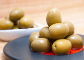 Olives in a black plate — 图库照片