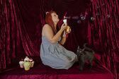 老式的女孩与猫和气泡 — 图库照片
