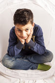 Giovane ragazzo dai capelli scuro — Foto Stock