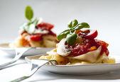 Italské těstoviny s rajčatovou omáčkou a žampiony — Stock fotografie