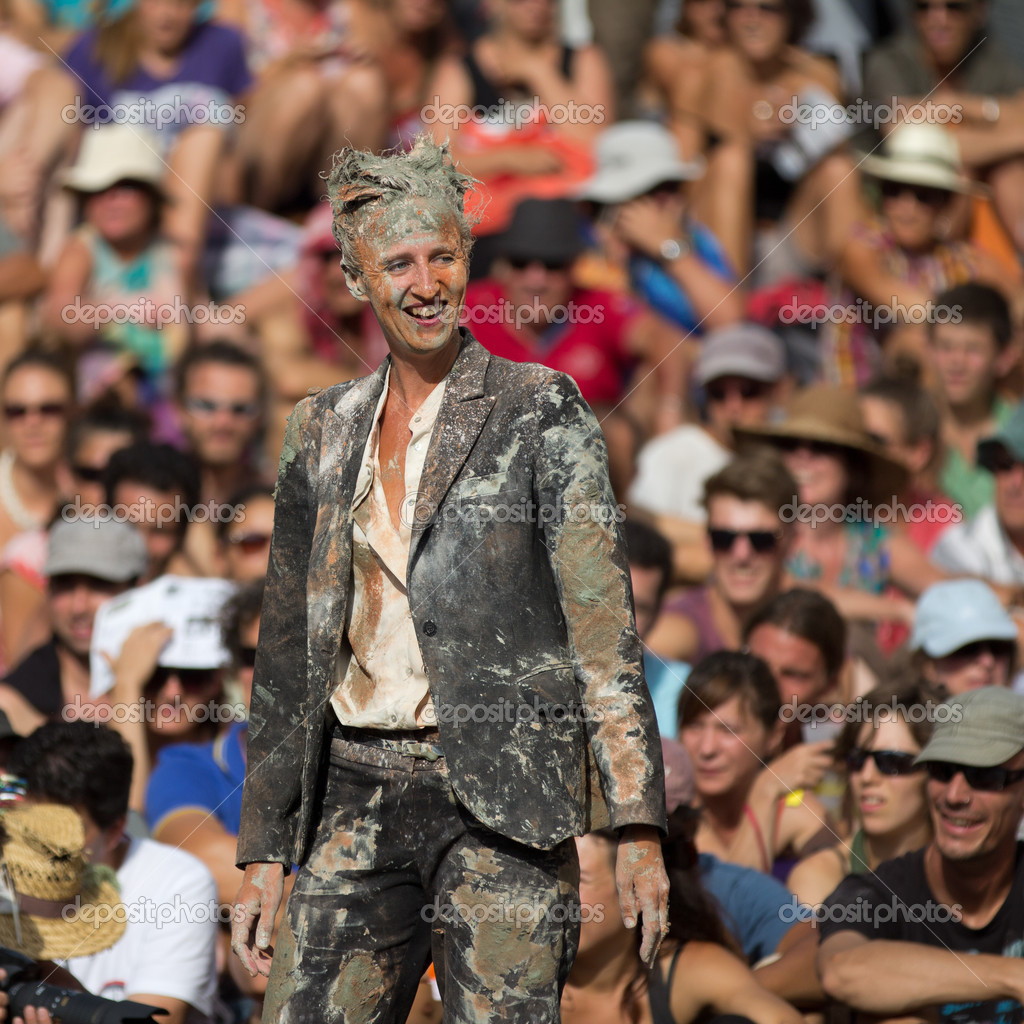 AURILLAC, FRANCE - AUGUST 22: a very dirty woman is smiling as part of the Aurillac International Street Theater Festival,show by the Company 8 ,on august 22, 2012, in Aurillac,France. — Foto de Stock   #18981761