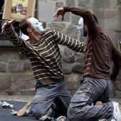 Two masked dancers kneeling. — Stock Photo