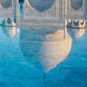 Reflection of the Taj Mahal dome in the water — Stock Photo