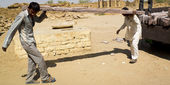 Indian carpenters carrying a heavy stone beam. — Stock Photo