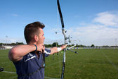 Competitor shooting with a bow and an arrow, — Zdjęcie stockowe