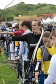 Grupo de competidores apuntando con sus arcos y flechas, — Stok fotoğraf