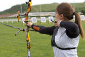 Neidentifikované ženy konkurent je střílet s lukem a šípem. — Stock fotografie