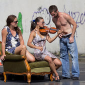 Street performer playing the violin — Stock Photo