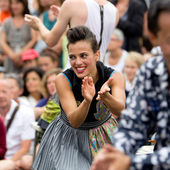 Cute and expressive street performer clapping. — Stock Photo