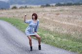 Improv tancerz tylko na drodze kraju. — Zdjęcie stockowe