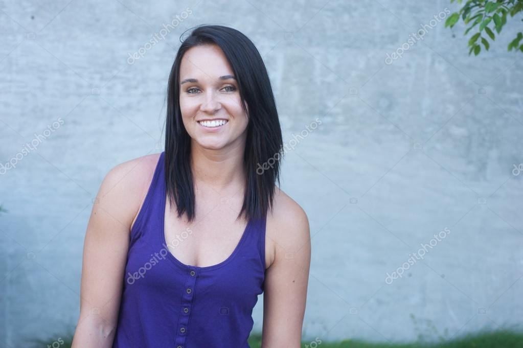 Portrait of a pretty young woman in a park — Stock Photo #12641197
