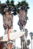 Surfista in spiaggia — Foto Stock