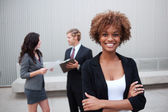 Atractivo negocio joven grupo está parado junto en oficina — Foto de Stock