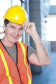 Retrato de un trabajador de la construcción madura fuera — Foto de Stock