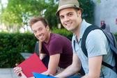 Par de alunos do sexo masculino jovens felizes — Foto Stock