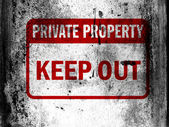Keep out sign painted on board with grungy dirty stains all over it — Stock Photo