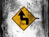 Girare il cartello stradale verniciato a bordo con macchie di sporche sgangherate ovunque esso — Foto Stock