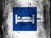 Cartello stradale motel dipinta a bordo con macchie di sporche sgangherate ovunque esso — Foto Stock