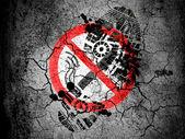 Nessun segno di fumare disegnato a terra screpolata con vignetta con impronta olio sporco su di esso — Foto Stock