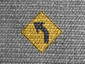 Mettez le panneau de signalisation peinte sur tissu gris — Photo