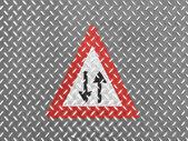Metal yerdeki iki yönlü trafik düz ileriye yol işaretleri — Stok fotoğraf