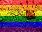 Gay гордость флага окрашены на стене гранж с кровавой ладоней над ним — Стоковое фото