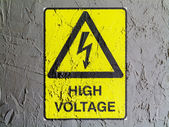 High voltage sign drawn at wall — 图库照片